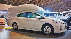 Die Marke Toyota war schon immer Sinnbild der Verlässlichkeit und Widerstandskraft – und das neue Hybridmodell Prius repräsentiert nun auch Innovation, Technologie und Sparsamkeit. Doch trotz all dieser Qualitäten konnte der Prius bislang nicht als Campervan genutzt werden. BISLANG! Denn…