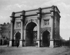 Marble Arch circa Cumberland Gate stands at the north-east corner of Hyde Park, at the western end of Oxford Street, and was erected about 1744 at the expense of Cumberland Place and its neighbourhood. Oxford Street, London Photos, Hyde Park, Art And Architecture, Old Photos, Big Ben, Westerns, The Neighbourhood, Louvre
