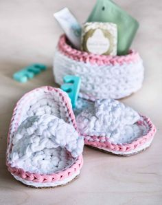 kuva Recycled Crafts, Tin, Diy Home Decor, Recycling, Baby Shoes, Slippers, Embroidery, Crochet Ideas, Craft Ideas