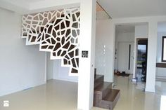 Nowoczesne schody dywanowe ze ścianą / balustradą ażurową Schody - zdjęcie od Schodo-System