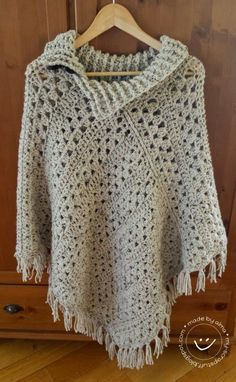 My Stuff: Poncho van 2 rechte lappen (It looks like the pattern is 3 granny rows, one row SC, one row of DC. Crochet Poncho Patterns, Crochet Shawls And Wraps, Crochet Jacket, Crochet Cardigan, Crochet Scarves, Crochet Clothes, Crochet Sweaters, Crochet Woman, Crochet Yarn