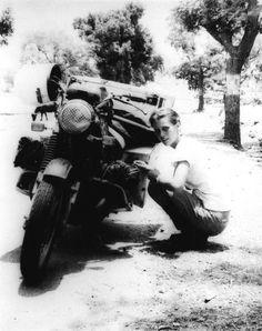Elspeth Beard, tentant de devenir la première femme à faire le tour du monde en moto (1980).