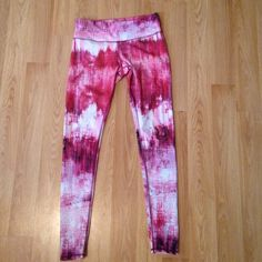 Alo yoga leggings 6 Small tear in seam on left hip, could be sewn. You can barely see it. ALO Yoga Pants Leggings