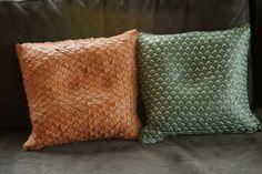 De jonge Gentse meubelontwerpster HELEEN SINTOBIN ontwierp met Armadillo een zitzak, vervaardigd uit 2.000 lederen cirkeltjes die met elkaar verbonden zijn door een gekleurde draad. Die structuur van leder en draad maakt het ontwerp bijzonder flexibel waardoor het zonder moeite de vorm van het lichaam van de gebruiker aanneemt. Wanneer de gebruiker opstaat, laat hij een stempel na. Naast de Armadillo, stelt Heleen ook Pichi Pillows voor: kussens met de hand gemaakt van gerecycleerd leer.