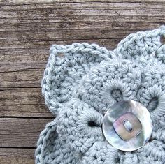 crochet flower brooch (lovely button) beautiful color yarn