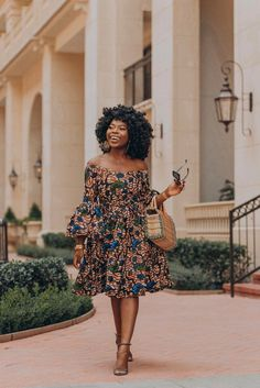 Here are some lovely and stylish ankara short gowns that will give you an amazing look, these ankara dresses come in different styles and designs just to give you an awesome look. African Inspired Fashion, African Dresses For Women, African Print Dresses, African Print Fashion, Africa Fashion, African Attire, African Wear, African Fashion Dresses, African Women