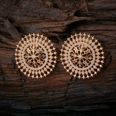 Indian Jewelry Earrings, Gold Jhumka Earrings, Jewelry Design Earrings, Gold Earrings Designs, Indian Wedding Jewelry, Mom Jewelry, Gold Jewellery Design, Bridal Jewelry Sets, Diy Design