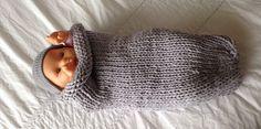 Une chaussette d'emmaillotage au tricotC'est la grande tendance du moment pour les nouveau-nés. On a compris que les bébés appréciaient de se sentir bien maintenus comme dans un cocon. Cette chaussette géante est parfaite pour cela, on la tricote en rond, en jersey endroit pour éviter les coutures qui pourraient blesser. Ce modèle est adapté aux débutantes. Suivez notre pas à pas pour réaliser à votre tour cette «chaussette d'amour»… Baby Knitting Patterns, Free Knitting, Tricot Baby, Knitted Hats, Crochet Hats, Baby Cocoon, Couture Sewing, Arm Warmers, Free Pattern