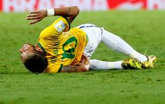 Neymar machucado jogo Brasil x Colômbia (Foto: Reuters)