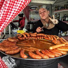 Llegamos a #Zagreb capital de #Croacia! Pais número 59 y seguimos contando! Hace frío llueve pero hoy es día de mercado y los croatas salen a hacer las compras del día: frutas verduras y flores. Es domingo y un buen almuerzo no se le niega a nadie. Qué tal estás salchichas? Y la buena onda de la cocinera? Muy buenos precios para comer!   Camara: #iphone6  País: #Croacia   TAGS   #periodistasviajeros #travel #instatravel #amazing  #picoftheday #photooftheday #travelling  #mochileros #eurotrip…