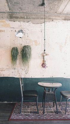 10평 상수동 작은 카페 인테리어 seoul vintage cafe interior 노출 콘크리트, 페인트, 드라이 플라워 dryflower