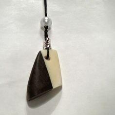 Luukoru pähkinäpuuta ja hirvenluuta  Pendant made of walnut and elk bone