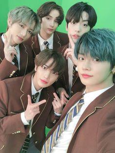 Kpop Entertainment, The Dream, Fandom Kpop, Twitter Update, Korean Artist, Shows, Bts Photo, Kpop Boy, Kpop Groups