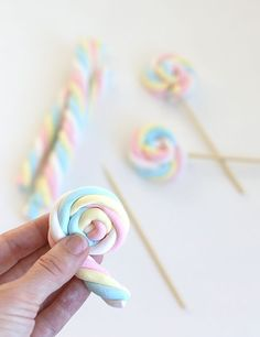 Easy Easter Marshmallow Pops – Say Yes – Eisparty Kindergeburtstag DIY Party Deko Troll Party, Marshmallow Pops, Candy Table, Candy Buffet, Dessert Buffet, Candy Party, Unicorn Birthday Parties, Cake Birthday, Rainbow Birthday