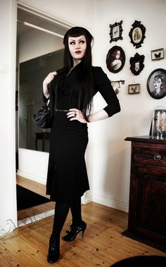 Through the Looking Glass/ I love everything about this outfit. Very Gothy 40's