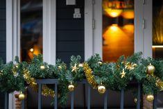Heb je geen ruimte voor een kerstboom maar wens je wel instant kerstsfeer? Of zoek je een kerstslinger voor buiten waarmee je je overkapping nog meer sfeer kan geven in de wintermaanden? Dan kies je deze koppelbare kerstguirlandes! De kerstslinger heeft dennengroen gemaakt van PVC stroken en heeft ingebouwde lampjes. Het enige wat je hoeft te doen is de guirlande op te hangen en aan te sluiten, desgewenst breng je kerstversiering aan in de slinger. #guirlande #kerstversiering