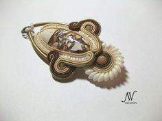 Broche-pendentif by Anneta Valious, Pivoine