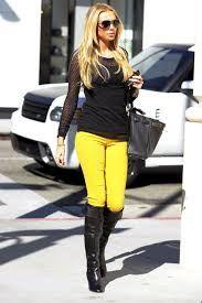 como combinar pantalones amarillos