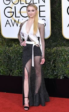 Sophie Turner at Golden Globes 2017 : This Louis Vuitton has a lot going on all at the same time and that's just making it extremely unattractive. Neck up, Sophie looked amazing but despite her best efforts this look didn't work. Maisie Williams Sophie Turner, 74th Golden Globe Awards, Golden Globes, Sansa Stark, English Actresses, Actors & Actresses, Spohie Turner, Sport Tv, Perfect People