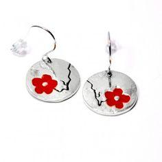 Boucles d'oreilles rondes Fleur de Cerisier en argent massif et résine rouge