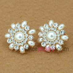 Sweet flower model earrings decorated with fresh water pearl