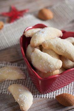 Lorsque j'étais petite, je me jetais sur ces biscuits à la vanille et aux amandes (après ceux à la confiture évidemment!). Je vous livre la recette de ma grand-mère allemande. Le moins évid…