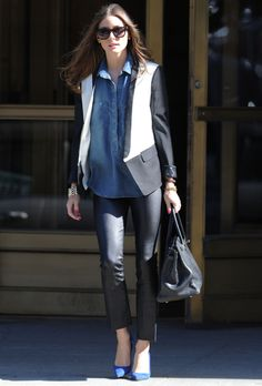 image from here Olivia Palermo. Once again, her style slays me. Get the look: Elizabeth & James colorblocked blazer Denim shirt from. Olivia Palermo Outfit, Estilo Olivia Palermo, Olivia Palermo Lookbook, Olivia Palermo Style, Cool Outfits, Casual Outfits, Fashion Outfits, Fashion Styles, Jessica Parker