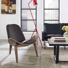 """Poltrona Shell, Hans J. Wegner, 1963.   O designer dinamarquês Hans J. Wegner explorou o uso da madeira em curvas, conseguindo um efeito incrível para este assento. Às vezes chamada de """"Cadeira Sorriso"""", a Shell Chair (1963) ativa uma leveza flutuante ao olhar."""
