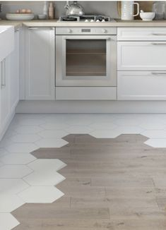 Parquet carrelage, la bonne idée pour un revêtement de sol original dans la cuisine. Wood Floor Kitchen, Kitchen Flooring, Table Beton, Painted Slate, Small Dining Area, Good Environment, Kitchen Models, Wooden Stools, Living Room Kitchen