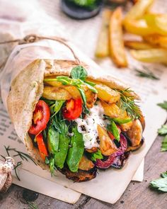Looking for a quick lazy lunch option? This vegan veggie wrap with tzatziki sauce couldn't be easier to throw together! Get the full recipe here. Vegan Bowl Recipes, Delicious Vegan Recipes, Vegetarian Recipes, Yummy Food, Healthy Recipes, Veggie Dinner Recipes, Veggie Bowl Recipe, Veggie Meals, Snacks Recipes