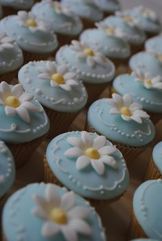 daisy cupcakes with fondant Fondant Cupcakes, Daisy Cupcakes, Pretty Cupcakes, Beautiful Cupcakes, Fun Cupcakes, Wedding Cupcakes, Wedding Cake, Cupcakes Design, Cake Designs