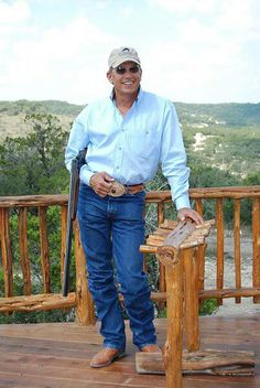King George, no one fills out a pair of jeans like Mr. Strait, nobody!