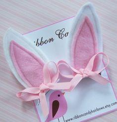 This post was discovered by Ol Felt Headband, Baby Girl Headbands, Baby Bows, Ribbon Hair Bows, Bow Hair Clips, Felt Diy, Felt Crafts, Rabbit Crafts, Bow Tutorial