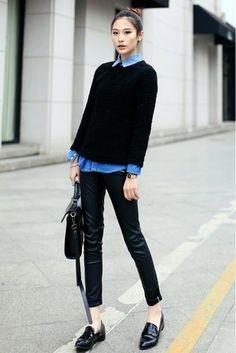 Tenue: Pull à col rond texturé noir, Chemise en jean bleue, Pantalon slim en cuir noir, Slippers en cuir noirs