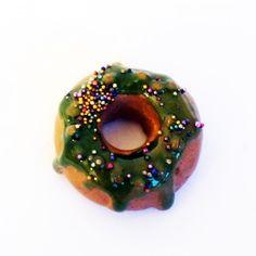 """Pendentif """"Donuts"""" avec son glaçage vert  https://www.lesbijouxdunibou.com/fr/pendentifs-gourmands/442-donuts-vert.html Un petit #pendentif #donuts en #dessert? C'est le moment de réveiller la gourmande qui sommeille en vous! Prix : 11€ #bijoux #lenibou #faitmain #pendentif #patepolymere #artisanat #madeinfrance #Ilovehandmade"""