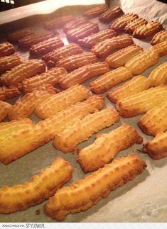 Składniki: 300 g maki pszennej 100 g cukru pudru 4 żółt… na Stylowi.pl Cookie Desserts, No Bake Desserts, Dessert Recipes, Sugar Cookies, Cake Cookies, Polish Recipes, Yummy Cakes, Food To Make, Food Porn