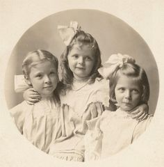 :::::::: Antique Photograph :::::::::   Sisters Three, Thera, Ruth and June Darby 1908.