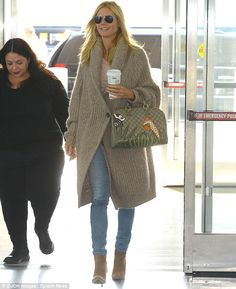 Heidi Klum wearing Chloe Oversized Ribbed Wool-Blend Cardigan, Gucci Bag and Oliver Peoples Benedict Basic Polarized Aviators Mode Outfits, Fashion Outfits, Oliver Peoples, Casual Winter Outfits, Heidi Klum, Knit Jacket, Star Fashion, Fashion 2014, Casual Chic