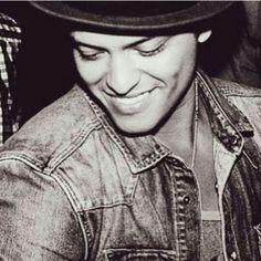 Hay un hombre que hace que cada día halla una sonrisa en mi rostro, que me hace reir con sus caras y gestos, que hace que con solo escuchar su voz me alegre el día...Que cuando hay un momento en cual siento que todo me sale mal y que me quiero rendir, escucho su dulce voz y las palabras de sus hermosas canciones y eso me hace tener fuerzas para seguir adelante y jamá rendirme...Él es la razón por la cual nunca me rindo (Never Say You Can't), cuando dudo de mi misma, él dice que eres perfecta…