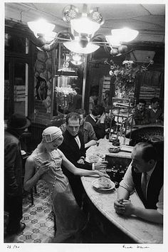 Les Halles, au bar du Chien qui fume, Paris by Frank Horvat Robert Doisneau, Black White Photos, Black And White Photography, White Picture, Old Pictures, Old Photos, 1920s Photos, Estilo Gatsby, Foto Glamour