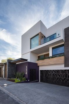 Busca imágenes de diseños de Casas estilo moderno: Fachada. Encuentra las mejores fotos para inspirarte y y crear el hogar de tus sueños.