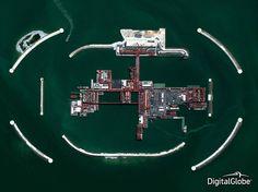 Il progetto Daily Overview punta a cambiare il modo in cui guardiamo al nostro pianeta. Pubblica foto satellitari (tratta da https://www.digitalglobe.com) che mostrano un aspetto da conoscere della Terra. Con attenzione su temi ambientali quali l'impatto umano, la deforestazione, le energie rinnovabili, la deforestazione. Le foto sono in concorso per la migliore foto aerea del 2014. Qui, la foto del Kashagan oil project, uno delle piattaforme più grandi del mar Caspio, di proprietà ...