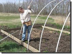 Hydroponic Gardening Ideas How to Build an Inexpensive Hoop-Style Greenhouse Cheap Greenhouse, Build A Greenhouse, Greenhouse Gardening, Hydroponic Gardening, Greenhouse Ideas, Organic Gardening, Homemade Greenhouse, Greenhouse Wedding, Indoor Gardening