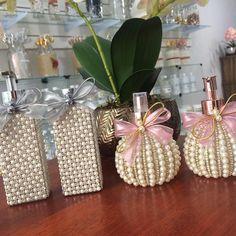 ✈️ Enviamos para todo Brasil ✈️ Informações e pedidos pelo WhatsApp 62 / 62 1913 Diy Bottle, Bottle Vase, Wine Bottle Crafts, Craft Stick Crafts, Diy And Crafts, Bottle Cap Projects, Flower Mobile, Vases Decor, Handmade Flowers
