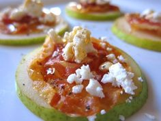Pear, prosciutto, goat cheese, and honey appetizers. Xmas eve or Christmas day snacks Party Dips, Snacks Für Party, I Love Food, Good Food, Yummy Food, Yummy Appetizers, Appetizer Recipes, Finger Foods, Delish