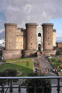 Visitato nel 1985 Italy Travel Inspiration - Castel Nuovo ♦ Napoli, Italy, isnt this the place of The Ever After Movie Chateau Medieval, Medieval Castle, Positano, Amalfi, Chateau Moyen Age, Napoli Italy, Rome Italy, Italy Holidays, Italy Travel Tips