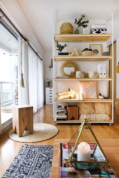 Monoambiente chico: ideas para transformarlo en una oficina / estudio, de la mano de Apatheia deco. Gran biblioteca como separador de ambientes. Alfombras y accesorios para sectorizar.