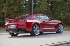 A empresa norte-americana Specialty Vehicle Engineering (SVE) foi além da já feroz potência de 650 cv dos modelos Camaro ZL1 e Corvette Z06 e transformou os esportivos em monstros. Equipados com um motor 6.8 V8, eles são capazes de chegar a 800 cv e 103,67 kgfm de torque. Leia mais: Ford revela Mustang reestilizado e aposenta o motor V6 Ford anuncia Mustang e F-150 híbridos para 2020 Camaro, Mustang e Challenger passam por teste de colisão Batizados com o sobrenome Yenko/SC, ambos são f...