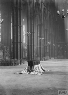 The coffin of the 'Unknown Warrior' in Westminster Abbey, London, 7 November Frederick The Great, Armistice Day, Italian Army, Unknown Soldier, Union Flags, London History, Lest We Forget, Westminster Abbey, Gothic House