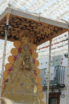 Procesión de la Virgen del Rocio por las calles de Almonte.